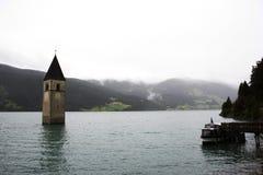 Versenkter Turm von reschensee Kirche tief im Resias See lizenzfreie stockfotos
