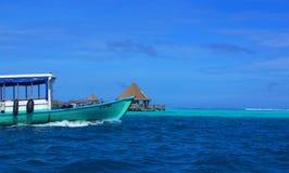 Versenktes Atoll, Erholungsort, altes Boot Stockbild
