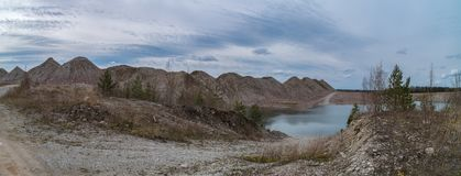 Versenktes Bergwerk am Frühling lizenzfreie stockbilder