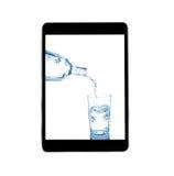 Versez dans un verre de l'eau avec le comprimé d'isolement sur un backg blanc Photo stock