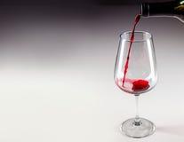Versez de l'échantillon de vin rouge en verre photo libre de droits