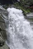 Versez l'eau de source de montagne Photographie stock libre de droits