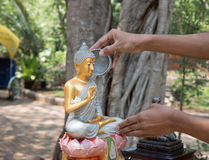Versez l'eau Songkran en Thaïlande photos libres de droits