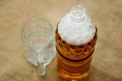 Versez la bière dans un verre d'une bouteille images libres de droits