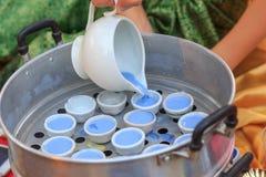 Versez la pâte pour mettre en forme de tasse pour font le dessert thaïlandais Image stock