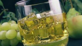 Versez le bourbon dans un verre de glace clips vidéos