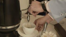 Versez le café dans la tasse banque de vidéos