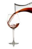 Versez le vin rouge d'un décanteur Images libres de droits