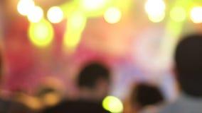 Versión borrosa Grupo de gente emocionada activa alegre que baila en el concierto musical Luces coloridas metrajes