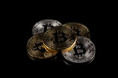 Versión física del dinero virtual de la moneda de Bitcoin aka Fotos de archivo