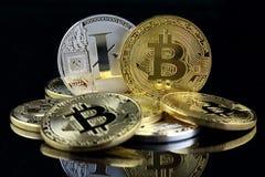 Versión física del nuevo dinero virtual de Bitcoin y de Litecoin en billetes de banco de un dólar imagen de archivo libre de regalías