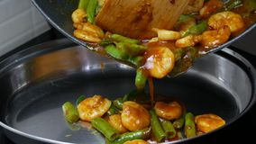 Versi i fagioli di lunghezza con gamberetto, le foglie della calce del kaffir, pasta di curry dell'iarda fritti scalpore delle sp stock footage