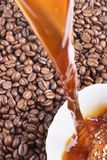 Versi il caffè e i caffè-fagioli Fotografie Stock Libere da Diritti