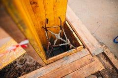 Versi il calcestruzzo nel mucchio della costruzione Fotografia Stock