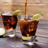 Versi il libre della Cuba della cola e del rum con calce, ghiaccio Fotografia Stock Libera da Diritti