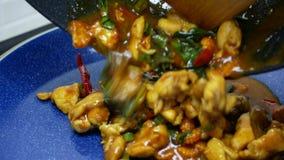 Versi il pollo fritto di scalpore con pasta di curry piccante, il basilico, il peperone dolce, i fagioli lunghi dell'iarda, cerea video d archivio