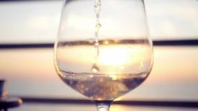 Versi il vino fresco saporito in un vetro al tramonto HD, 1920x1080 Movimento lento archivi video