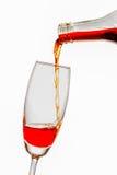 Versi il vino in un vetro Immagini Stock