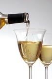 Versi il vino in vetro Fotografia Stock