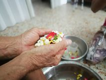 Versi l'acqua sulle mani degli anziani riveriti e chieda benedire Fotografia Stock Libera da Diritti
