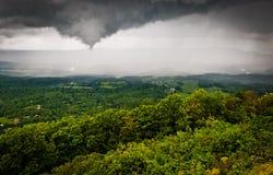 Versi la tempesta di pioggia con un imbuto sopra lo Shenandoah Valley, Se della molla e della nuvola Immagini Stock Libere da Diritti