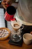 Versi sopra fare del gocciolamento del caffè Fotografie Stock Libere da Diritti