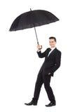 Versicherungsagent, der einen Regenschirm hält Stockfoto
