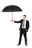 Versicherungsagent, der einen Regenschirm hält Lizenzfreies Stockfoto