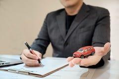 Versicherungsagent, der im Büro mit Transportversicherung sitzt Lizenzfreies Stockfoto