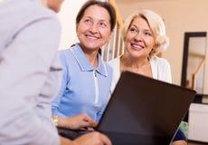 Versicherungsagent und weibliche Pensionäre Stockfoto