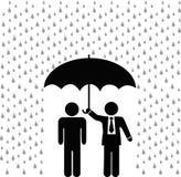 Versicherungsagentregenschirm über versicherter Person Stockfotografie