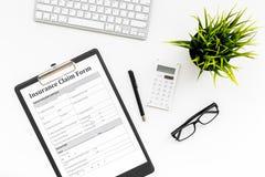 Versicherungsereigniskonzept Anspruch auf Versicherungsleistungen Form auf weißer Bürodesktopansicht stockfotos