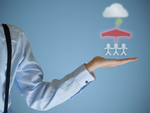 Versicherungsgeschäftsmannhände, die Familie schützen Lizenzfreies Stockfoto