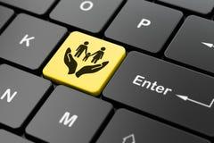 Versicherungskonzept: Familie und Palme auf Computertastaturhintergrund Stockfotos