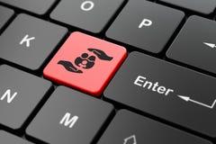 Versicherungskonzept: Familie und Palme auf Computertastaturhintergrund Lizenzfreie Stockbilder