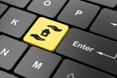 Versicherungskonzept: Haus und Palme auf Computertastaturhintergrund Lizenzfreie Stockbilder