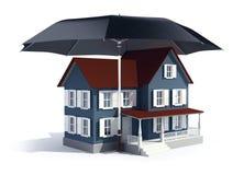 Versicherungskonzept - Haus unter Regenschirm Stockfotografie