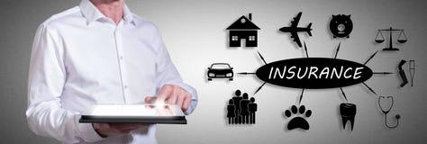 Versicherungskonzept mit dem Mann, der eine Tablette verwendet Lizenzfreie Stockfotos
