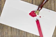 Versiegeln eines Umschlags mit Wachs Lizenzfreie Stockfotografie