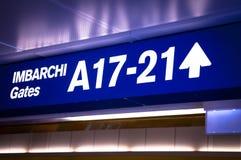 Versieht Signage im Flughafen mit einem Gatter Lizenzfreie Stockfotografie