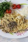 Versier van spaghetti en paddestoelen stock foto's