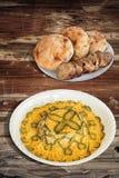 Versierde Russische Salade met Baguette-Plakken en Pita Bread Loafs op Gebarsten Oud Gepeld van Houten Tuinlijst stock afbeelding