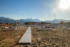 Versilia-Strandansicht über Sonnenaufgang Stockbild