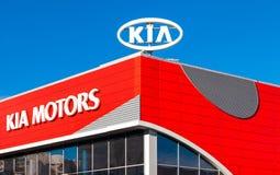 Versinnbildlichen Sie KIA-Motoren auf dem Hintergrund des blauen Himmels Stockbild