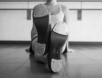 Versione in bianco e nero delle gambe attraversate con le scarpe del rubinetto Immagini Stock