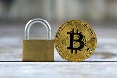Versione fisica di nuovi fondi virtuali Bitcoin e del lucchetto dorato fotografia stock
