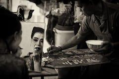 Versione scura di seppia di trucco e dell'uomo del cantante di opera di Teochew di cinese che scrivono il programma per il giorno Fotografie Stock Libere da Diritti