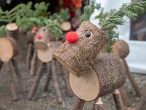 Versiones de madera decorativas del registro del tiempo sospechado rojo de la Navidad del reno de Rudolph fotografía de archivo libre de regalías