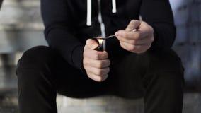 Verslaafde die dosis drug 21 voorbereiden van de barstcocaïne stock video