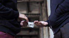 Verslaafde het kopen dosis van drugdealer op straat 4 stock footage